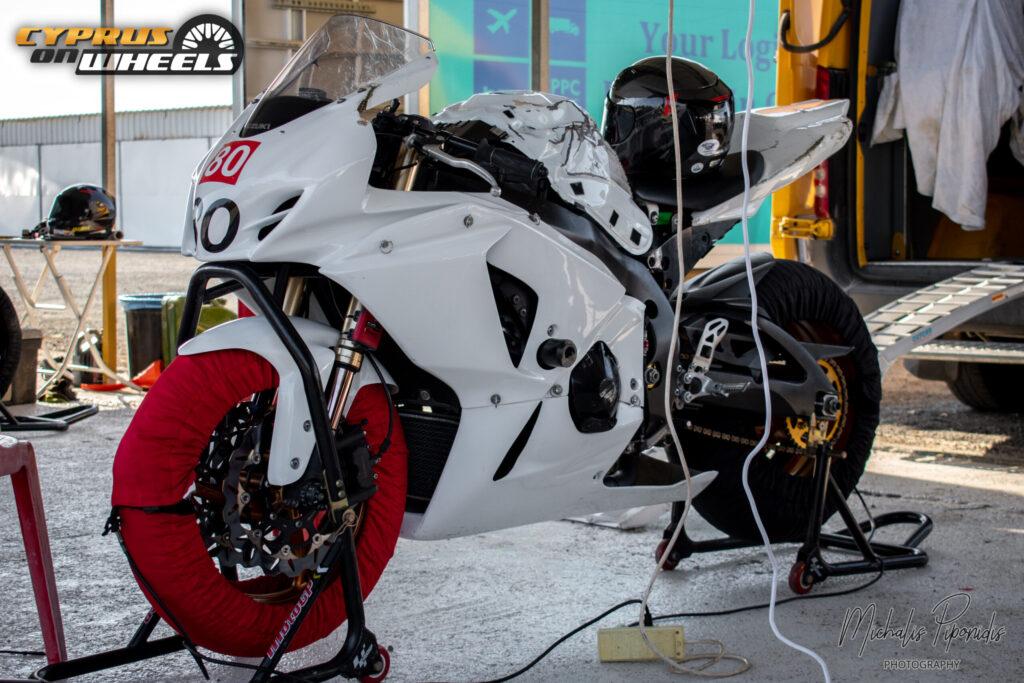 White suzuki Gsxr track bike